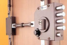 La serrure 3 points en applique assure une protection sur le centre,le haut et le bas de la porte